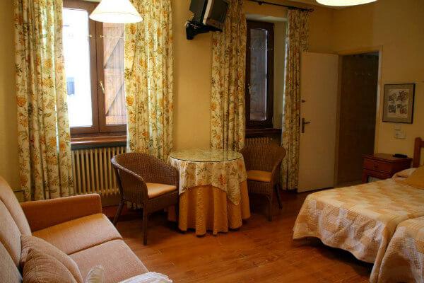 Habitación familiar del hostal rural Casa Sario de Jaurrieta, Navarra. En el valle de Salazar, a las puertas. de la Selva de Irati.