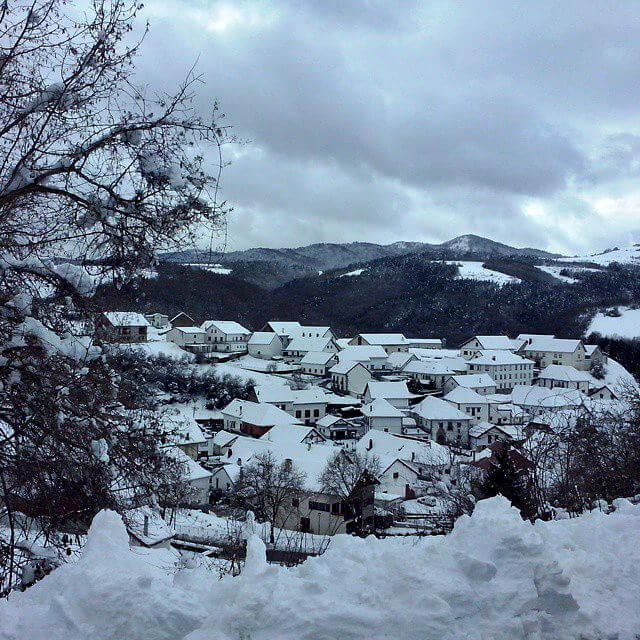 El pueblo de Jaurreta cubierto de nieve en invierno :: Hostal Casa Sario, Jaurrieta, valle de Salazar, Navarra