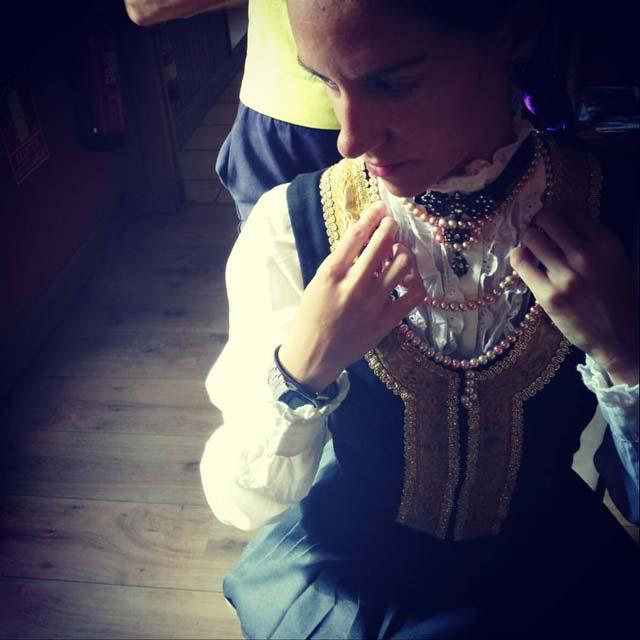 Una joven ataviada preparándose para la danza tradicional de Jaurrieta, el 'Axuri Beltza' :: Hostal Casa Sario, Jaurrieta, Valle de Salazar