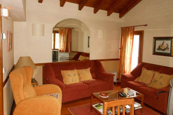 Zona común de descanso y ocio del hostal rural Casa Sario de Jaurrieta, Navarra. En el valle de Salazar, a las puertas de la Selva de Irati.