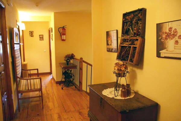 Pasillo de acceso a las habitaciones del hostal rural Casa Sario, en Jaurrieta, valle de Salazar, en pleno Pirineo de Navarra y muy cerca de la Selva de Irati